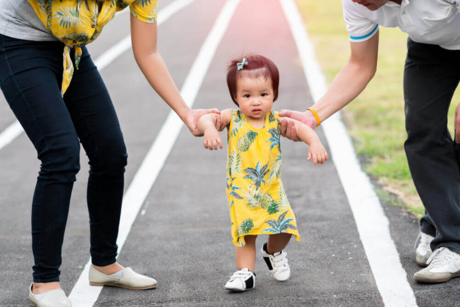 3 Cara Melatih Bayi Berjalan Secara Mandiri
